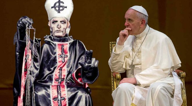 "Tensión en el primer cónclave entre el Papa Emeritus y el Papa Francisco: ""Sos un falso ídolo de Mercyful Fate"" EL PAPA EMERITUS LE REGALÓ EL ÚLTIMO DISCO DE GHOST Y EL PAPA FRANCISCO LE REGALÓ EL 'DON'T BREAK THE OATH'"